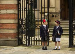الذكور سيرتدون التنانير.. مَدرسة بريطانية تدرس فرض زي موحد على الطلاب والطالبات