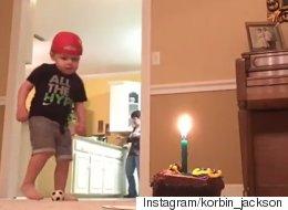 두 살짜리 축구 천재가 케이크 촛불을 부는 방법