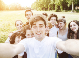 كيف تكسب الأصدقاء وتؤثر في الناس؟.. نصائح بسيطة تجعلك شخصاً محبوباً