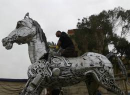 صور: استخدم الخردوات في عمل فني.. صدمة فنان مصري عقب تشويه تمثاله المعدني