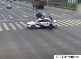 이 경찰이 교차로를 막고 한 50초짜리 선행에 세계가 감동했다(영상)