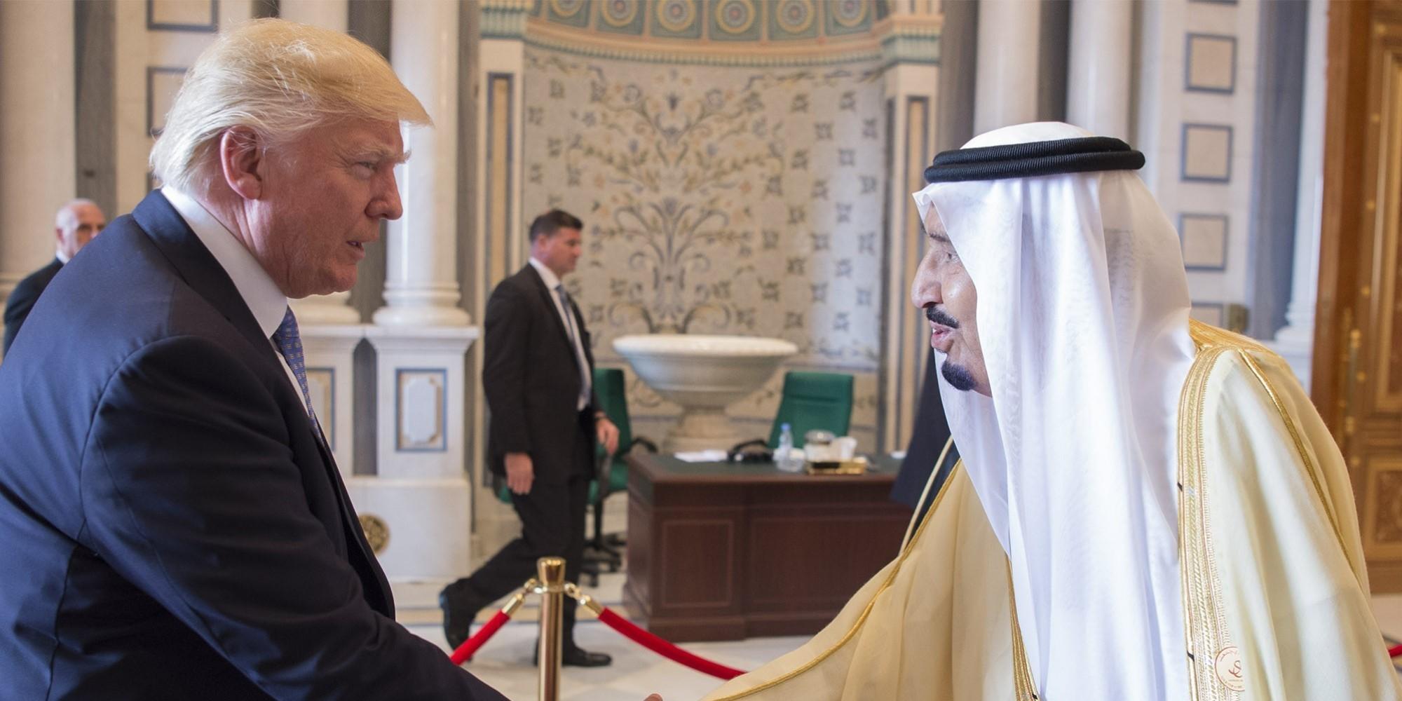 بالفيديو.. الملك سلمان يطلب من ترامب وزوجته شرب القهوة باليمين