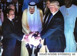 Ο Τραμπ και η φωτεινή σφαίρα. Αυτή η φωτογραφία του Τραμπ ήταν αδύνατον να μην σχολιαστεί