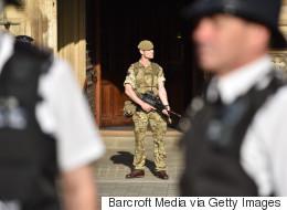 경찰은 맨체스터 테러 용의자의 공범을 쫓고있다