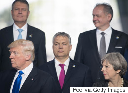 Τραμπ ο μεγαλοπρεπής: Ποιον πρωθυπουργό έσπρωξε για να βγει μπροστά στην οικογενειακή φωτογραφία του ΝΑΤΟ