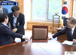 장하성은 대통령의 옆자리가 어색했다(영상)