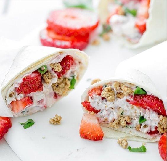frühstückswrap mit erdbeeren