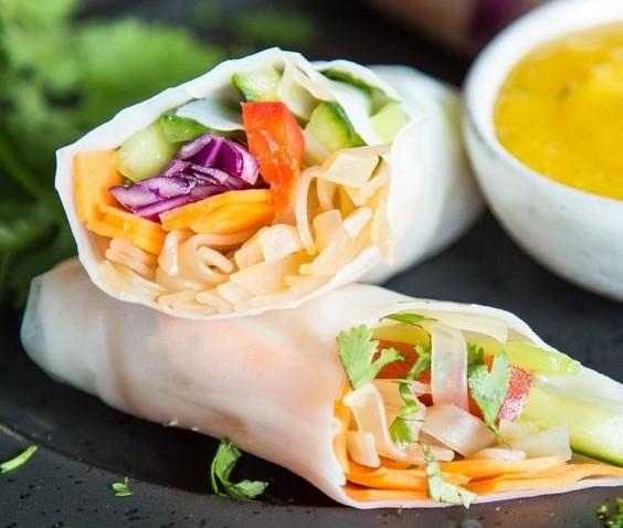 veggieavocadospringrolls mit thaimangosoße