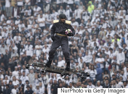 Il apporte le ballon du match... en volant debout sur un drone!