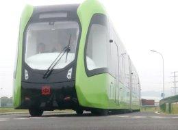 قطار بلا سكة حديد يسير في شوارع الصين.. هذه مواصفاته المذهلة
