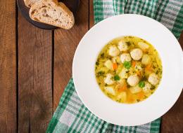 هذا الطبق الأمثل بجوار حساء الدجاج.. لمسات بسيطة تضفي