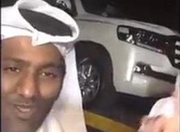 قطري عبر الحدود السعودية بسيارته المحطمة بعد رفض مساعدته.. هكذا فاجأه أصدقاؤه عند باب بيته