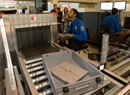 لماذا يوضع اللابتوب بالتحديد في سلة منفصلة خلال التفتيش في المطارات؟