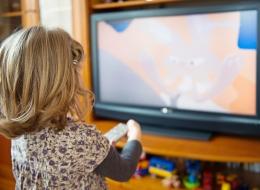 تراجع مهارات التعلم والبدانة.. هذه نتائج ترك طفلك ساعات طويلة أمام التليفزيون