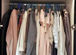 استبدل علّاقتك القديمة بهذا النوع.. 5 نصائح عند تنظيف خزانة ملابسك تتركها مرتبةً لأطول فترة