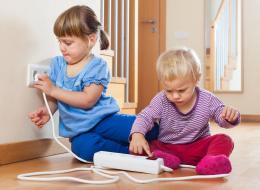 لعب طفلك في المقبس قد يُعرِّضه للصعق الكهربائي.. إليك التصرف الأمثل لإنقاذه