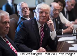 Trump réunit son équipe pour... un concert de louanges