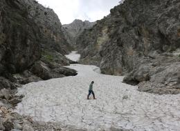 يمشون 4 ساعات على ارتفاع 2 كيلومتر لجلب الثلج وصنع العصير! مهنة متوارثة منذ 90 عاماً في تركيا