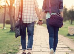 لغة أجساد المحبين.. طريقة إمساكك بيد شريكك تكشف قوة العلاقة بينكما