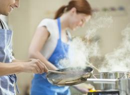 لتجنُّب تقديم الأطباق باردةً.. حيلٌ بسيطة للحفاظ على الطعام ساخناً وقت الإفطار