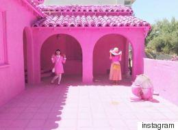Γιατί όλοι φωτογραφίζονται μπροστά από αυτά τα ροζ σπίτια;