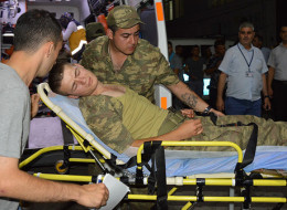 وجبة دجاج تسمم 700 جندي تركي.. واعتقال 21 موظفاً في شركة توريد أطعمة الجيش
