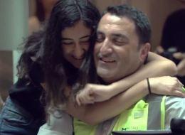 فيديو لآباءٍ لم يتمكنوا من كتم مشاعرهم ودموعهم عندما فاجأهم الأبناء في