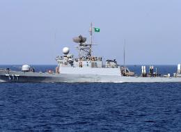 البحرية السعودية تضبط زورقاً محملاً بالأسلحة بالقرب من حقل نفط بحري.. وقاربان يتمكَّنان من الفرار