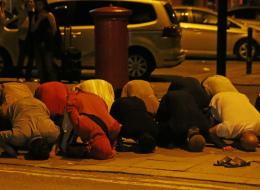 رغم هجومٍ استهدفهم أثناء خروجهم من المسجد.. مسلمون في لندن يؤدّون الصلاة بالقرب من مكان الحادث