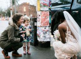 Ein Mädchen trifft auf der Straße auf eine Braut - das Bild ihrer Begegnung berührt Tausende