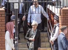 بالصور.. رئيسة الوزراء البريطانية تزور أحد المساجد في لندن وتتعهد بحمايتها من الإرهاب