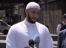 أنقذ حياة القاتل وخلّصه من بين أيدي ضحاياه.. قصة إمام المسجد البريطاني الذي وصفه الإعلام الغربي بالبطل