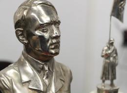 هتلر في الأرجنتين!.. غرفة سرية تضم تمثالاً للزعيم النازي وبعض مقتنيات مساعديه.. كيف وصلت هذه القطع إلى  بيونس آيريس؟