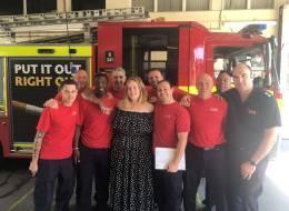 أديل تفاجئ رجال الإطفاء في لندن بعلب من الكيك.. ما سرُّ زيارتها السرية؟