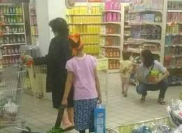 طفلة خادمة تمشي وراء