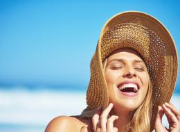 تخلي عن المكياج واكتفي بهذه المستحضرات.. نصائح للعناية ببشرتكِ وشعركِ في فصل الصيف