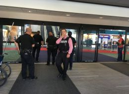 إخلاء مطار أميركي بعد طعن ضابط شرطة.. تعرَّف على هوية الجاني