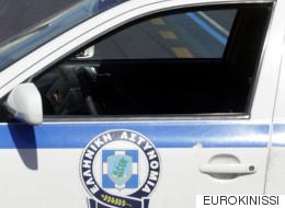 Αντιεξουσιαστές επιτέθηκαν σε περιπολικό που μετέφερε κρατούμενο. Οι αστυνομικοί το εγκατέλειψαν μαζί με τον κρατούμενο