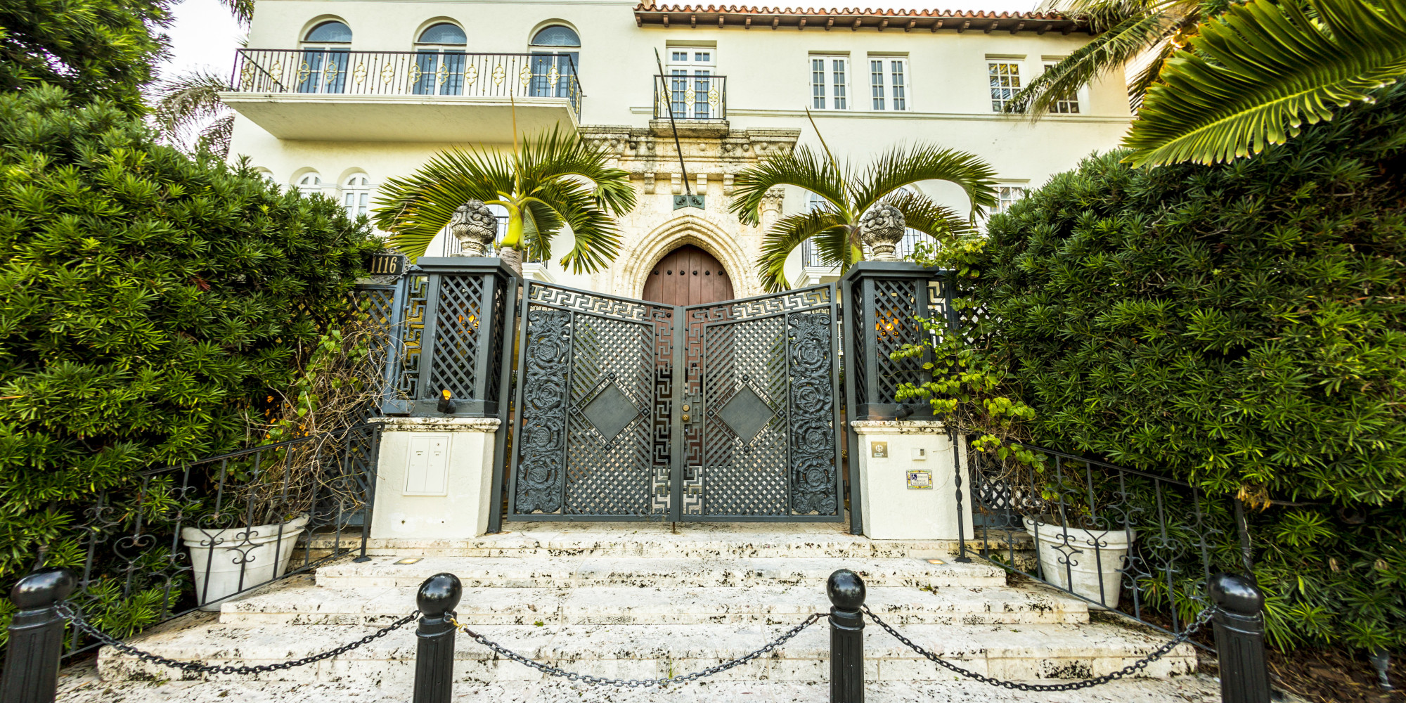 versace mansion 20 amazing facts about gianni versace 39 s casa casuarina heading to auction. Black Bedroom Furniture Sets. Home Design Ideas