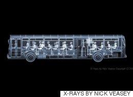 이 만원버스 사진에 찍힌 승객은 놀랍게도 '시체'였다