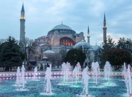 تلاوة القرآن ورفع الأذان في مسجد آيا صوفيا بإسطنبول يزعج اليونان.. فكيف ردَّت عليها تركيا؟