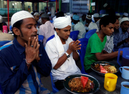ضُيق عليهم حتى في صيامهم.. مسلمو بورما يقضون شهر رمضان في البرد والعراء