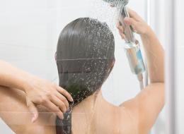 الماء البارد يمنحه اللمعان.. 6 عادات للعناية بالشعر تظن السيدات أنها صحيحة