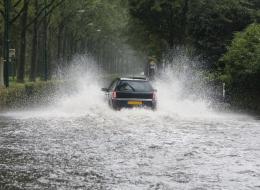 التصرُّف الأمثل عند تعرُّض السيارة للانزلاق على الماء