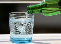 الفرنسيون يشربون مليار زجاجة منها سنوياً.. 9 معلومات لابد من معرفتها حول منافع المياه الغازية