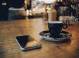 Warum ihr euer Smartphone nicht vor euch auf den Tisch legen solltet