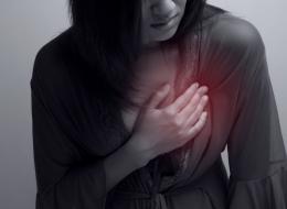 هل تشعر بوخزٍ مفاجئ في صدرك؟ هذا ما يخبرك به عن صحتك