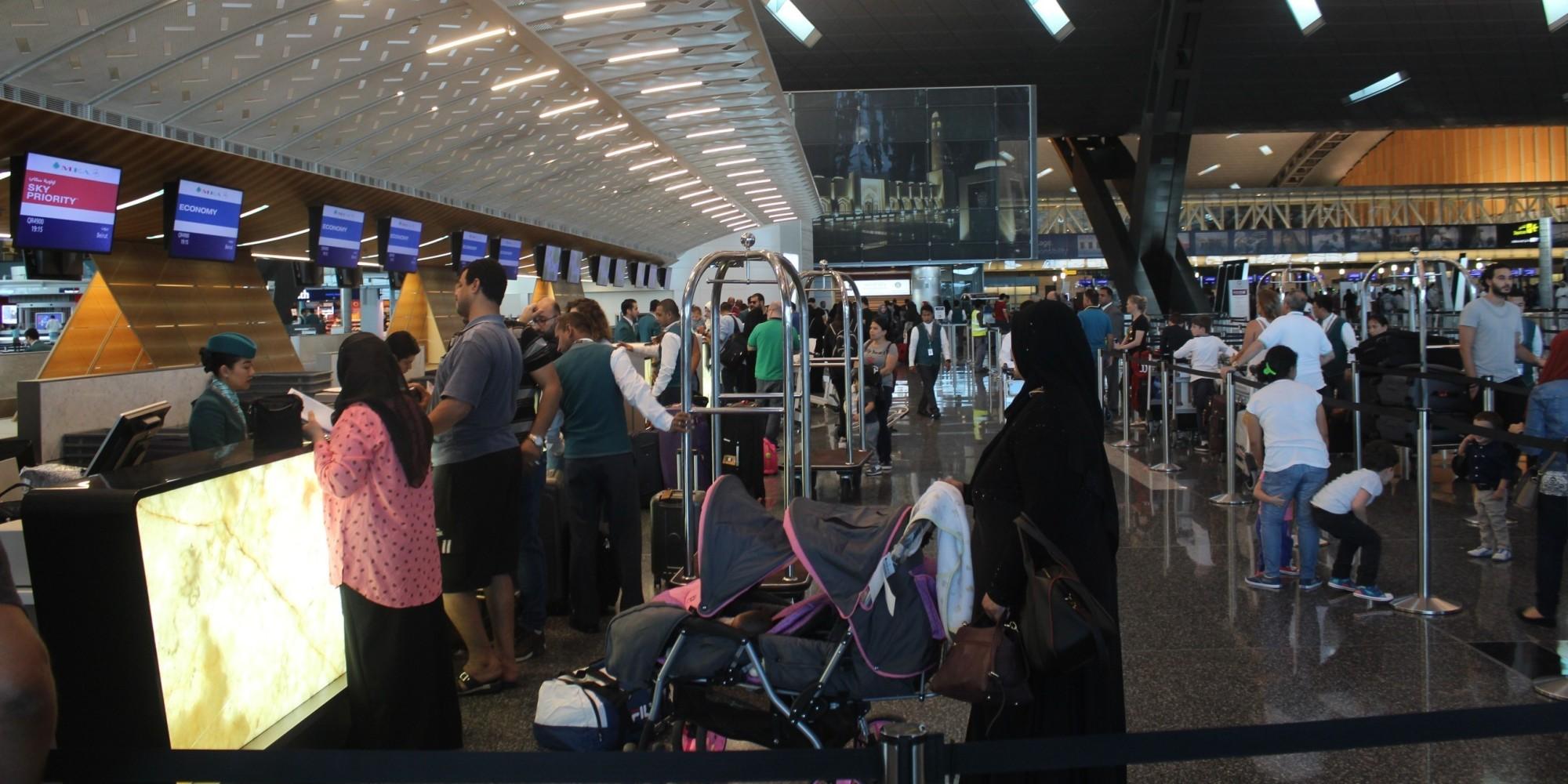 بعد صور أظهرت خلوه من المسافرين.. بالفيديو والأرقام هكذا يبدو مطار حمد الدولي بعد الحصار