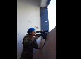 مقطع الفيديو شاهده وشاركه الملايين.. هكذا نجت مقاتلة  من رصاصة القناص بابتسامة والكثير من الحظ