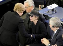 Merkel dankt Kohl und verneigt sich vor ihm - dann wendet sie sich an Maike Kohl-Richter